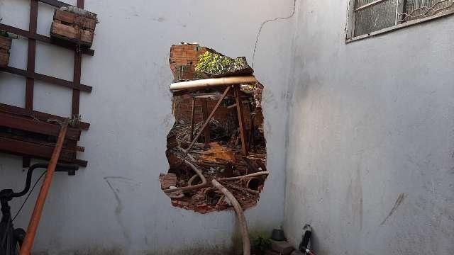 Resgatada pelo muro, mulher suspeita do marido ter ateado fogo que destruiu casa