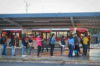 No Terminal Bandeirantes, movimentação maior era mesmo de quem esperava ônibus para ir trabalhar.(Foto: Henrique Kawaminami)