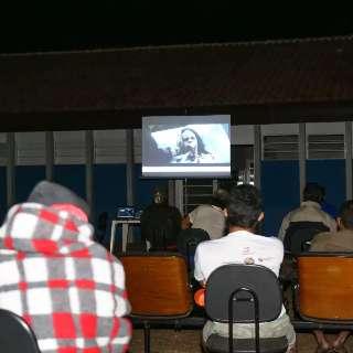 Em sessão de cinema, morador de rua sonha com lar e profissão