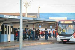 Frota de ônibus não aumentou com o escalonamento de alunos feito pela Prefeitura mesmo com a volta às aulas. (Foto: Henrique Kawaminami)