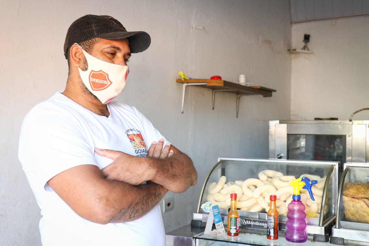 Alexandre Martins planeja aumentar vendas de chipa com volta às aulas. (Foto: Henrique Kawaminami)