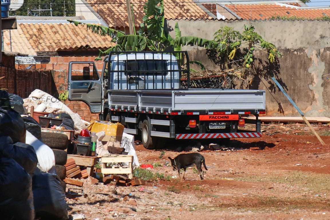 Caminhão furtado estava na casa da avó do mecânico na Vila Nasser (Foto: Henrique Kawaminami)