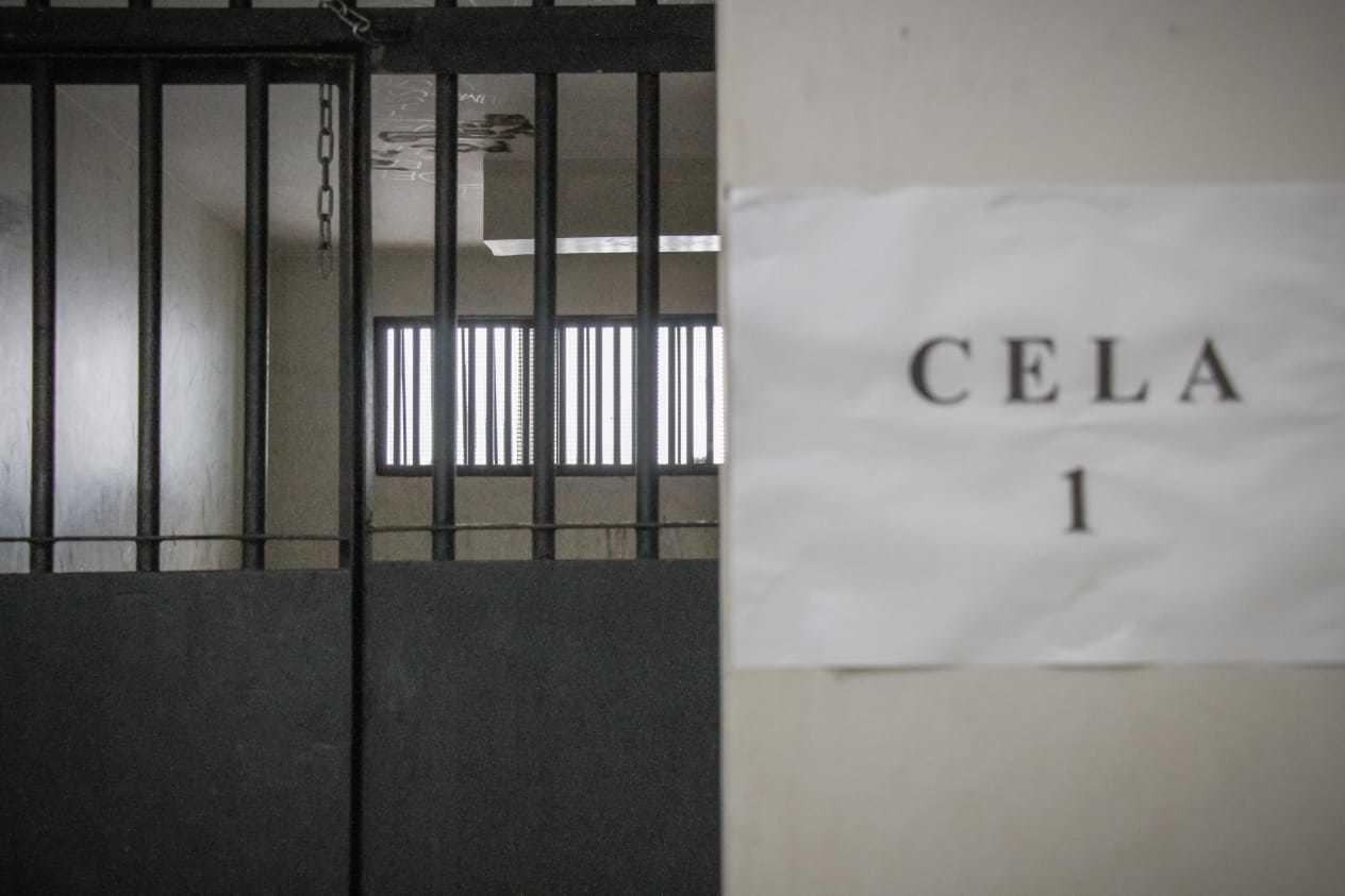 Suspeito foi levado para cela da Deam (Foto: Henrique Kawaminami)
