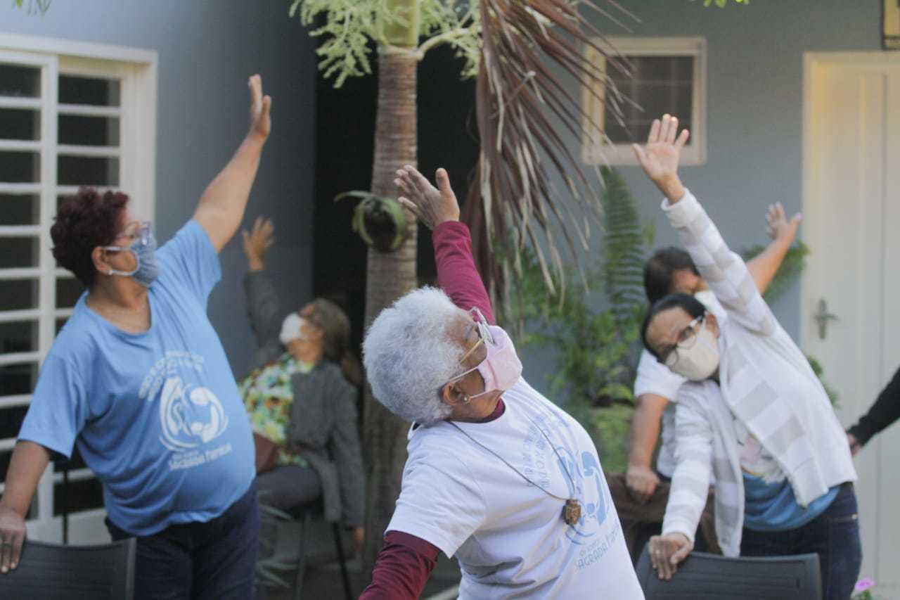 Idosos durante atividade física no projeto social. (Foto: Marcos Maluf)