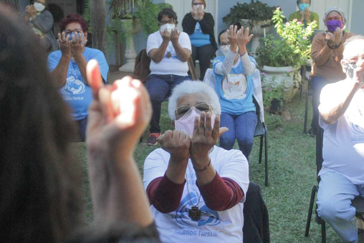 Idosos durante execício de fisioterapia. (Foto: Marcos Maluf)