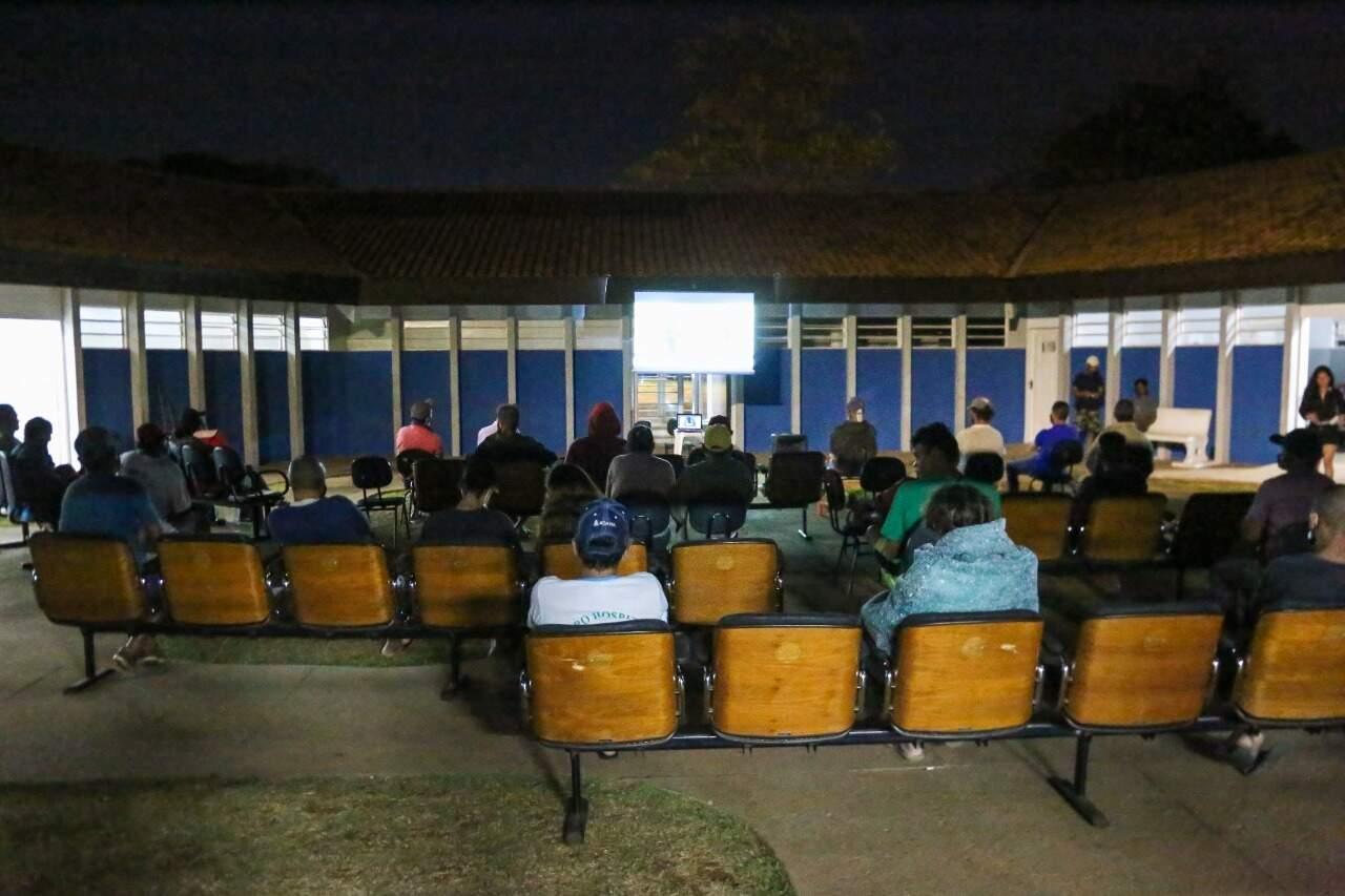 Exibição do filme acontece em céu aberto no pátio da unidade. (Foto: Paulo Francis)