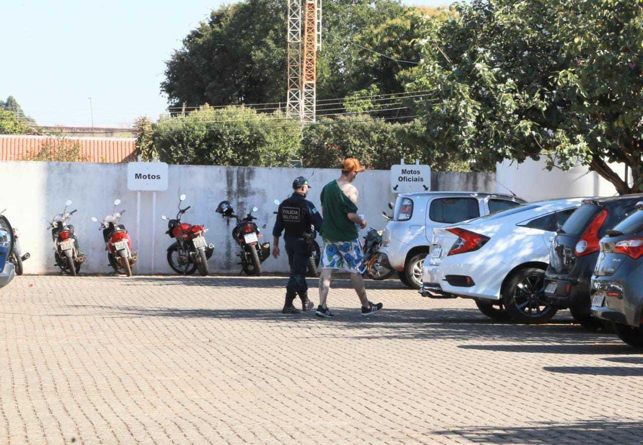 Rapaz sendo encaminhado pela Polícia Militar após confusão com a namorada (Foto: Kisie Ainoã)