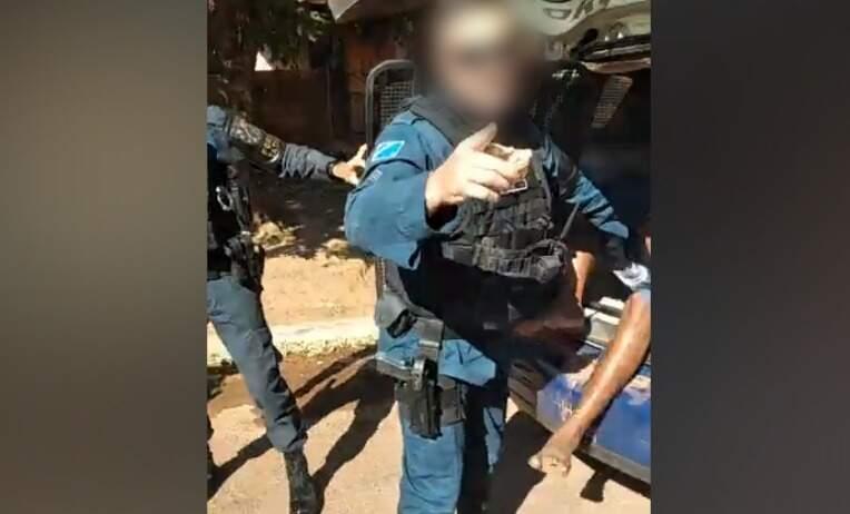 O vídeo foi gravado pelo irmão do preso (Foto: Reprodução)