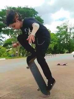 """""""Moon"""" em uma de suas manobras no skate. (Foto: Arquivo Pessoal)"""