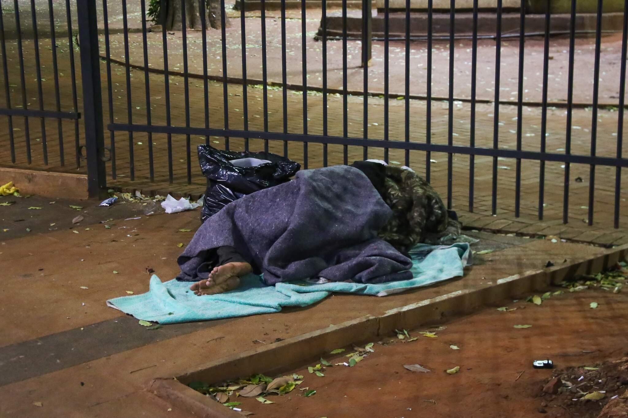 Pessoa em situação dormindo na Rua 14 de Julho, ao lado da Praça Ary Coelho. (Foto: Paulo Francis)