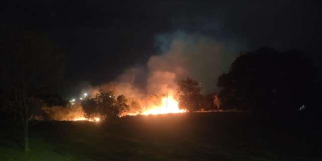 Incêndio se alastra por vegetação e ameaça ponte de madeira no Parque Sóter