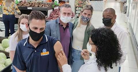 Equipe volante percorre comércios para vacinar contra covid