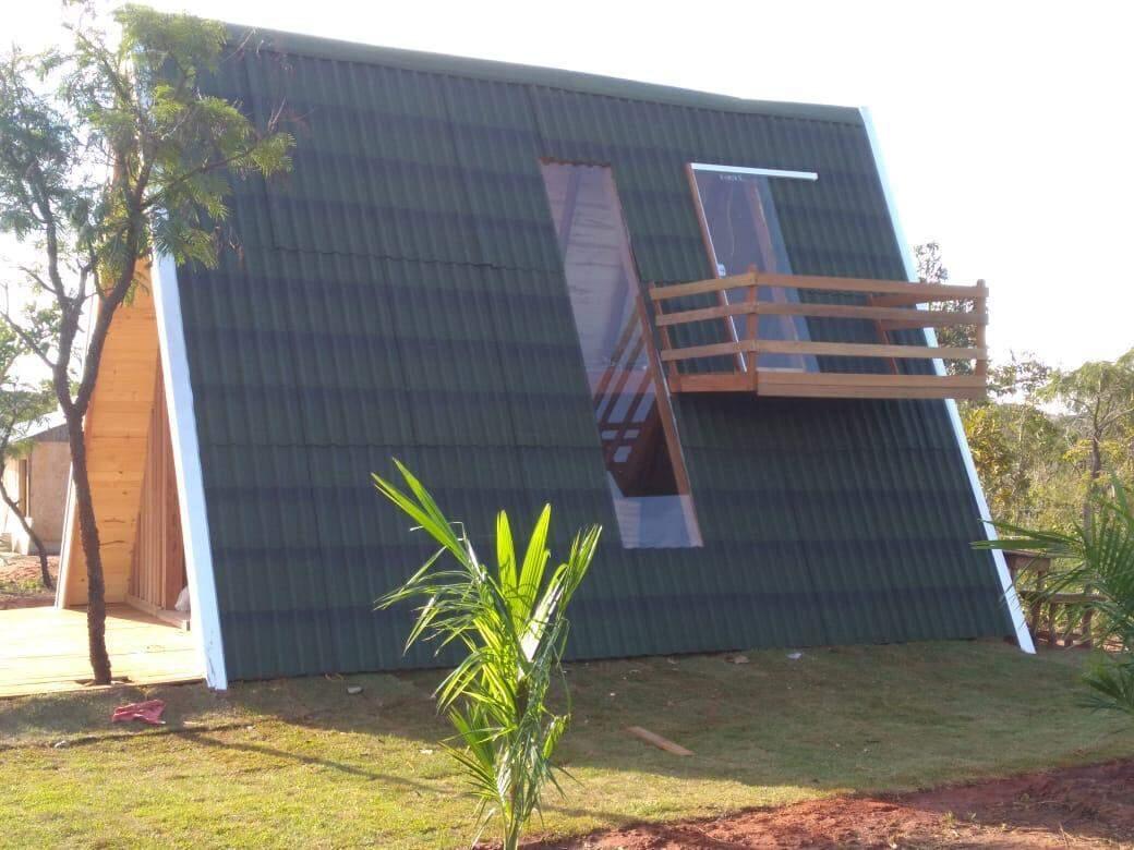 A cabana tem teto verde e janelas de vidro com acesso a sacada. (Foto: Arquivo pessoal)