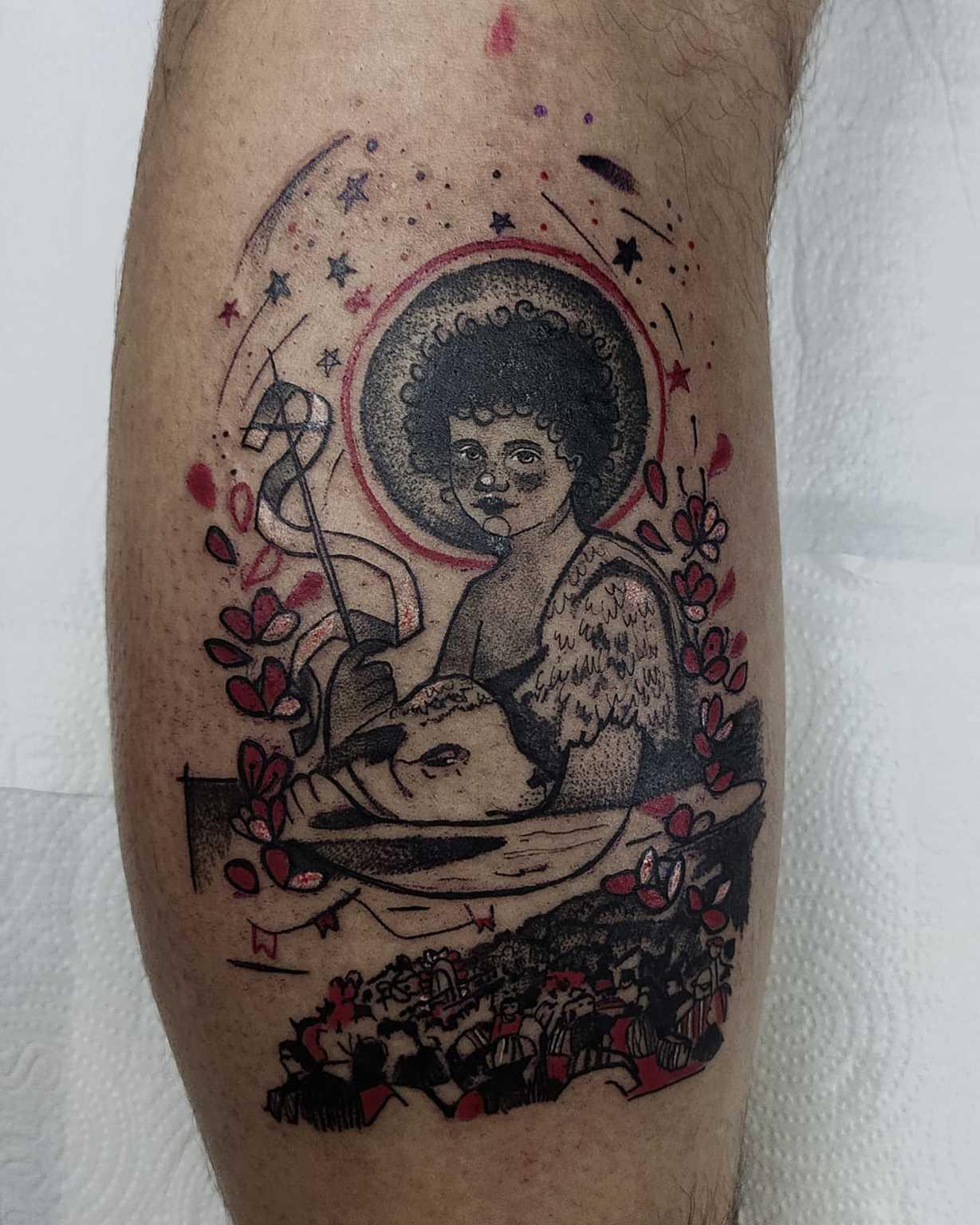 Tatuagem com elementos que representam a fé em São João e também os festeiros de Corumbá.
