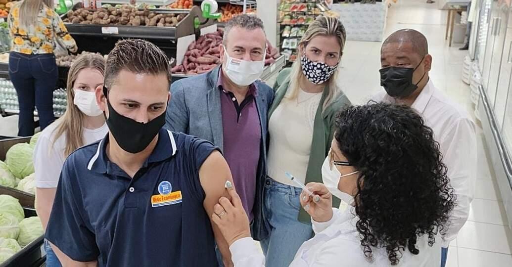 Funcionário de supermercado sendo vacinado, em Sidrolândia. (Foto: Região News)