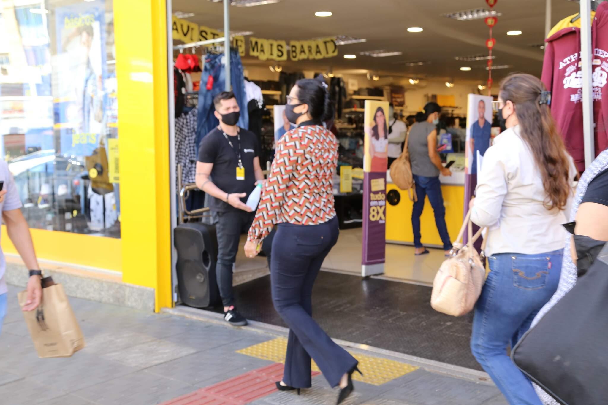 Movimentação do comércio no centro de Campo Grande (Foto: Kísie Ainoã)