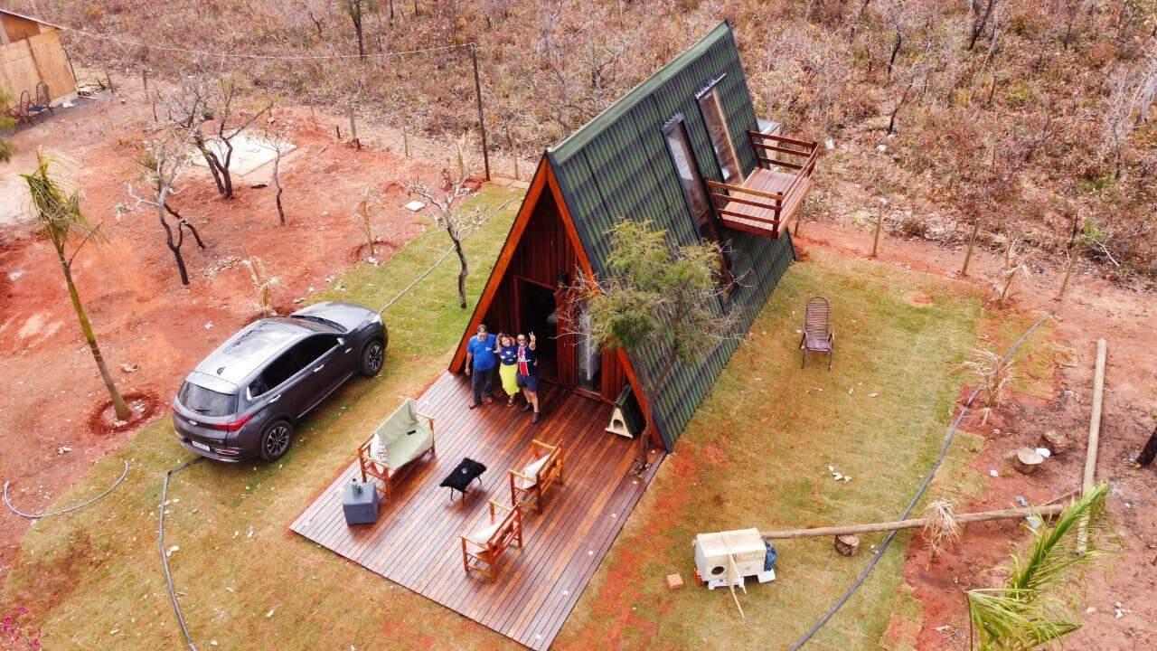 Do alto é possível ver melhor a construção e a família reunida na entrada. (Foto: Arquivo pessoal)