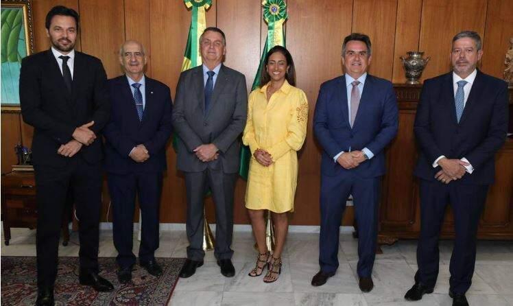 O presidente Jair Bolsonaro, ao lado dos ministros Fábio Faria, Luiz Eduardo Ramos, Flávia Arruda e Ciro Nogueira, e do presidente da Câmara, Arthur Lira (Foto: Reprodução/Twitter)