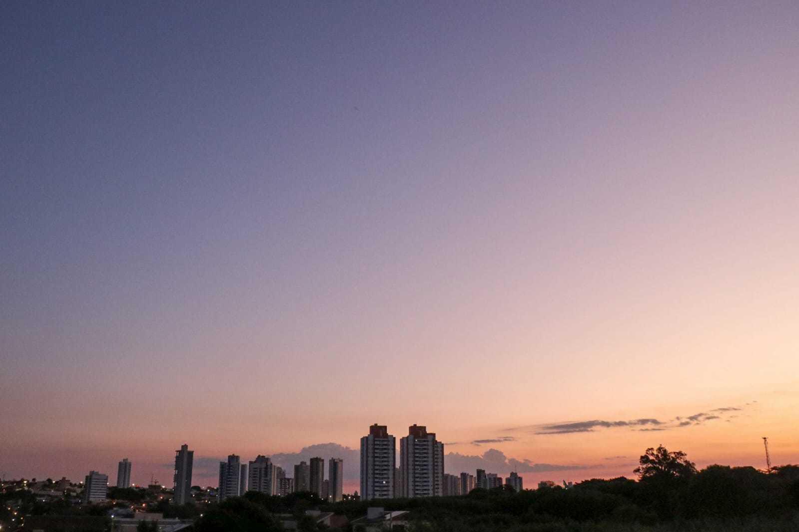Vista do dia começando no Jardim São Bento, em Campo Grande (Foto: Henrique Kawaminami)
