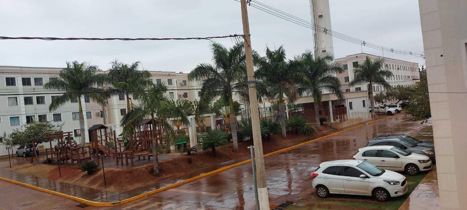 Estacionamento molhado e céu fechado na região do Pioneiros, sul da Capital (Foto: Direto das Ruas)