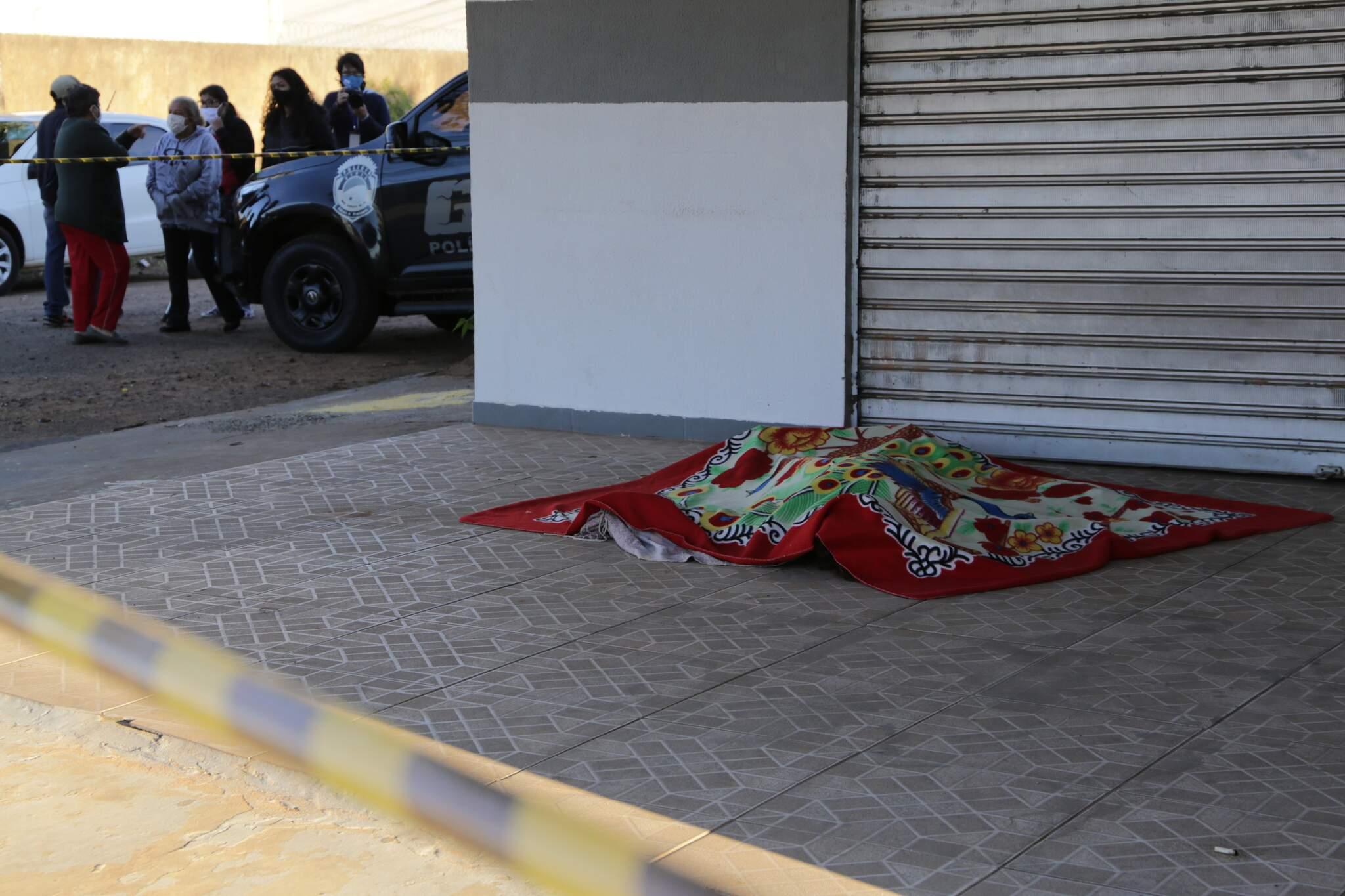 Cadáver de Carla foi deixado em calçada de bar no Bairro Tiradentes. (Foto: Kísie Ainoã)