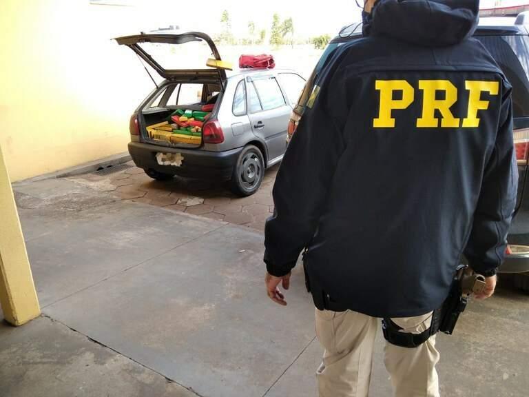 Veículo abarrotado com os tabletes de maconha. (Foto: PRF)