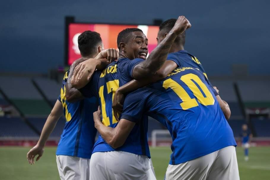 Jogadores brasileiros comemoral gol contra time saudita (Foto: CBF)