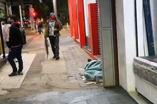 Ainda no início da noite de ontem, serviço de acolhimento da SAS foi às ruas distribuir cobertores e oferecer abrigo. (Foto: Paulo Francis)