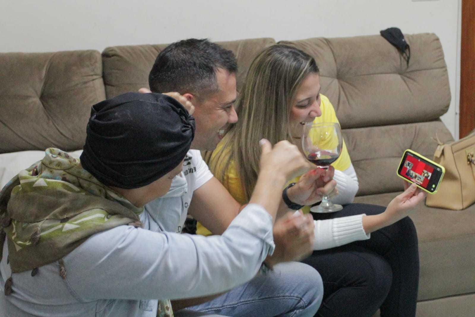 Pelo celular, família fala com avó do atleta que também acompanhou a prova de Bela Vista, e os pais de Leonardo, de São Paulo (SP).