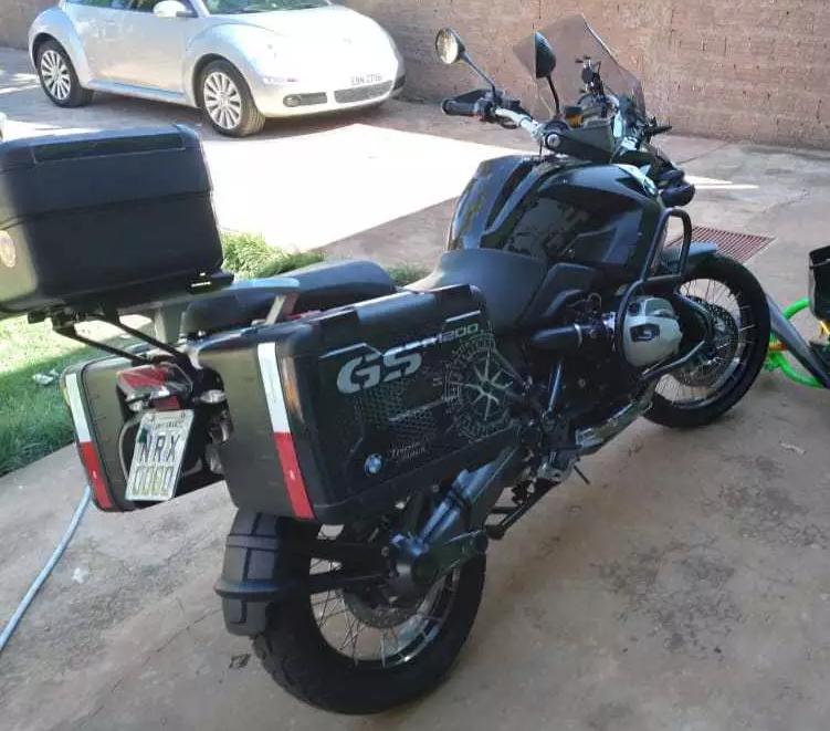 Moto BMW foi furtada de dentro da madeireira é avaliada em R$ 60 mil (Foto: Direto das Ruas)