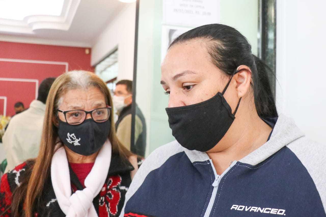 Irmã (de vermelho) e sobrinha de Pedro pedem que polícia esclareça morte (Foto: Henrique Kawaminami)
