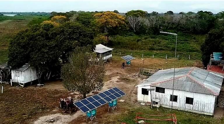 Placas solares instaladas casa a casa no Pantanal. (Foto: Chico Ribeiro - Governo de MS)