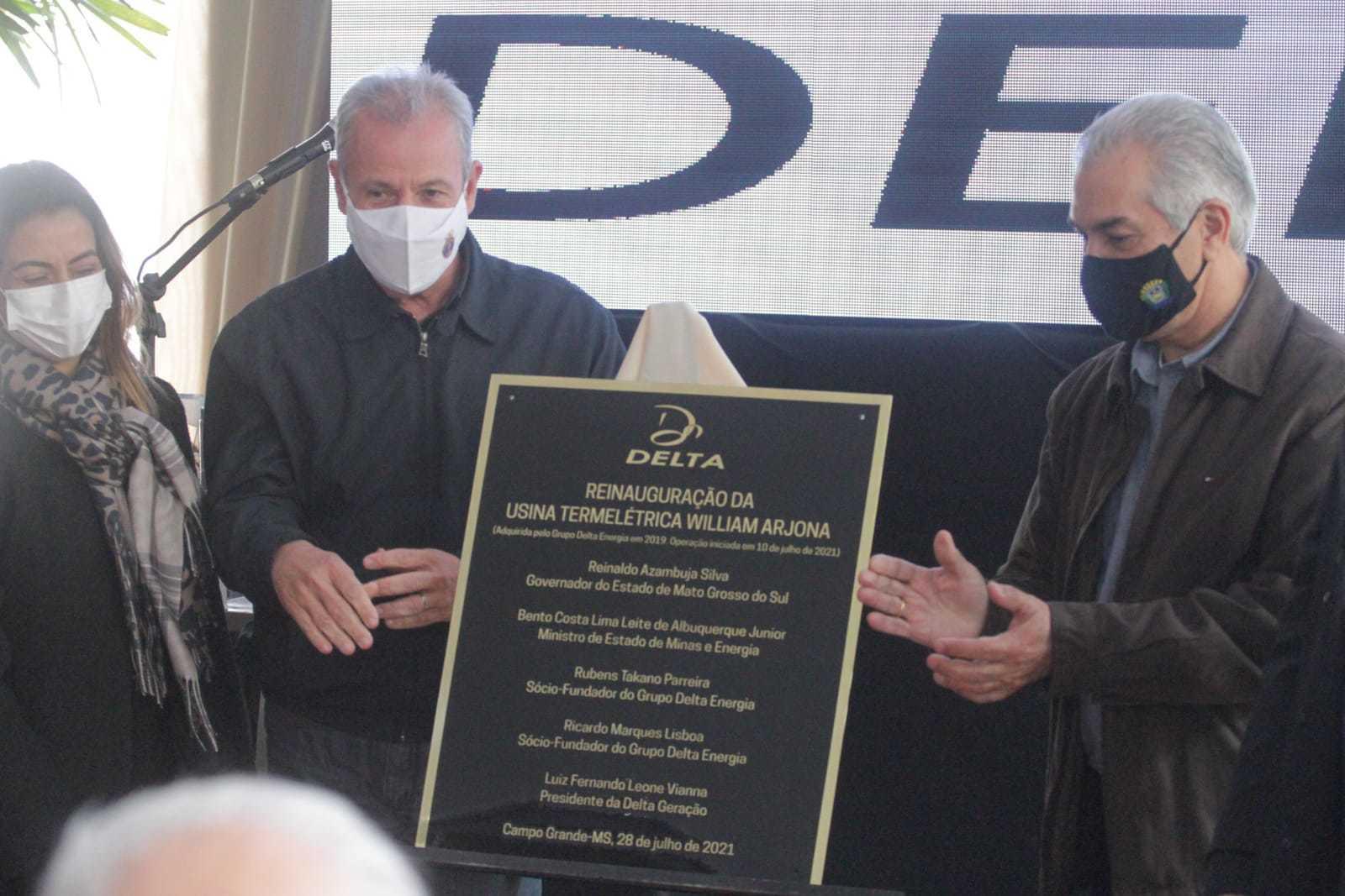 Ministro e governador ao lado de placa que marca a reabertura da usina. (Foto: Marcos Maluf)