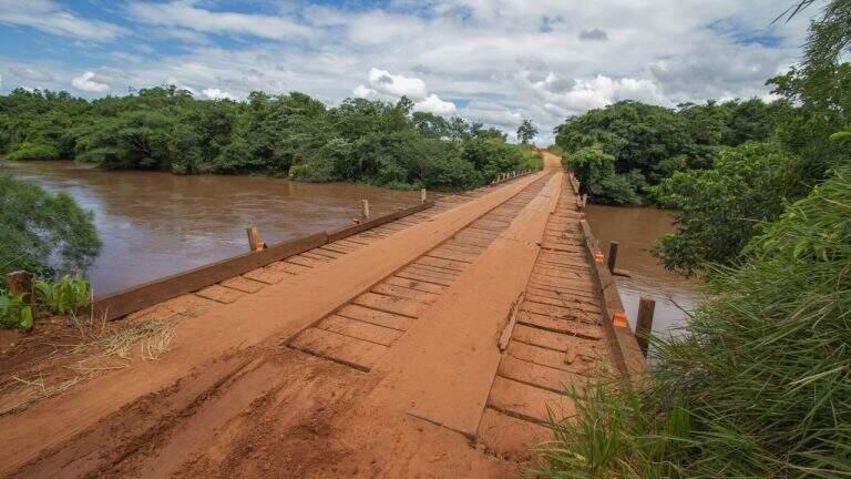 Ponte de madeira que deve ser substituída por de concreto na Capital (Foto: PMCG)