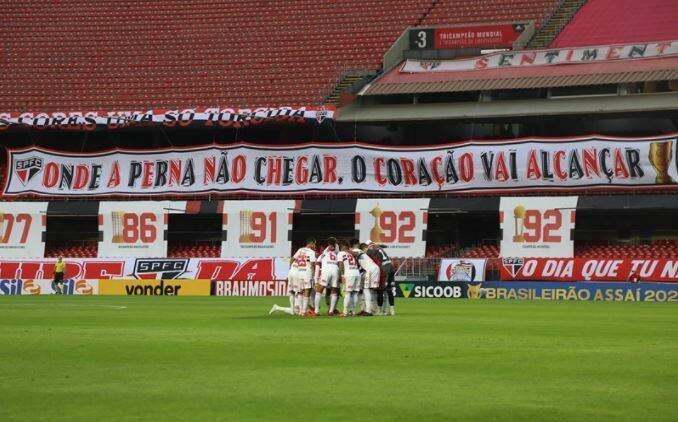 Jogadores do São Paulo reunidos em campo antes de jogo no Morumbi (Foto: Divulgação)