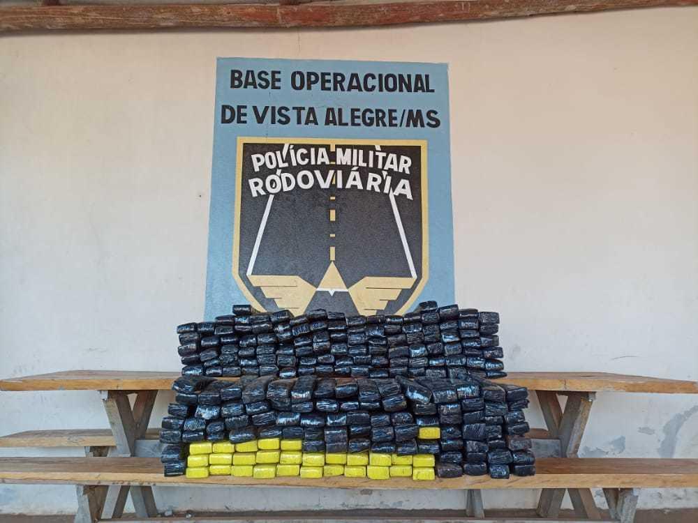 Centenas de tabletes de maconha encontrados dentro do veículo. (Foto: PMR)