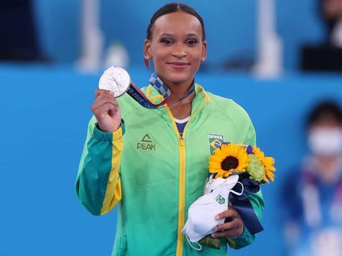 Rebeca com a medalha de prata na mão (Foto: Ricardo Bufolin/CBG)