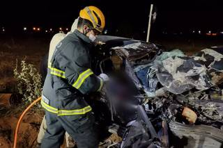 Vítima fatal ficou presa às ferragens e bombeiros usaram desencarcerador (Foto: Divulgação/CBMMS)
