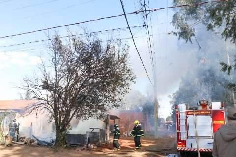 Vizinhos conseguem salvar crianças de incêndio, mas casa fica destruída