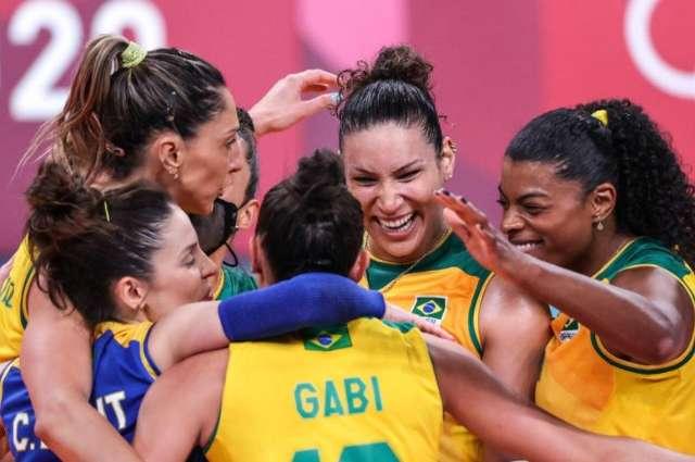 Brasil derrota Japão no vôlei feminino, mas perde levantadora machucada