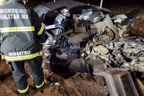 Mulher morre em acidente depois de carro bater de frente em carreta
