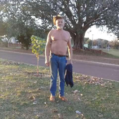 """""""Descamisado"""", nem maior frio do século convence Zé a usar camisa"""