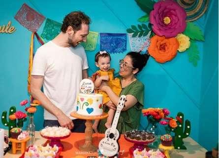 Em festinha de 1 ano, família valoriza artesanato e parabéns é pela tela