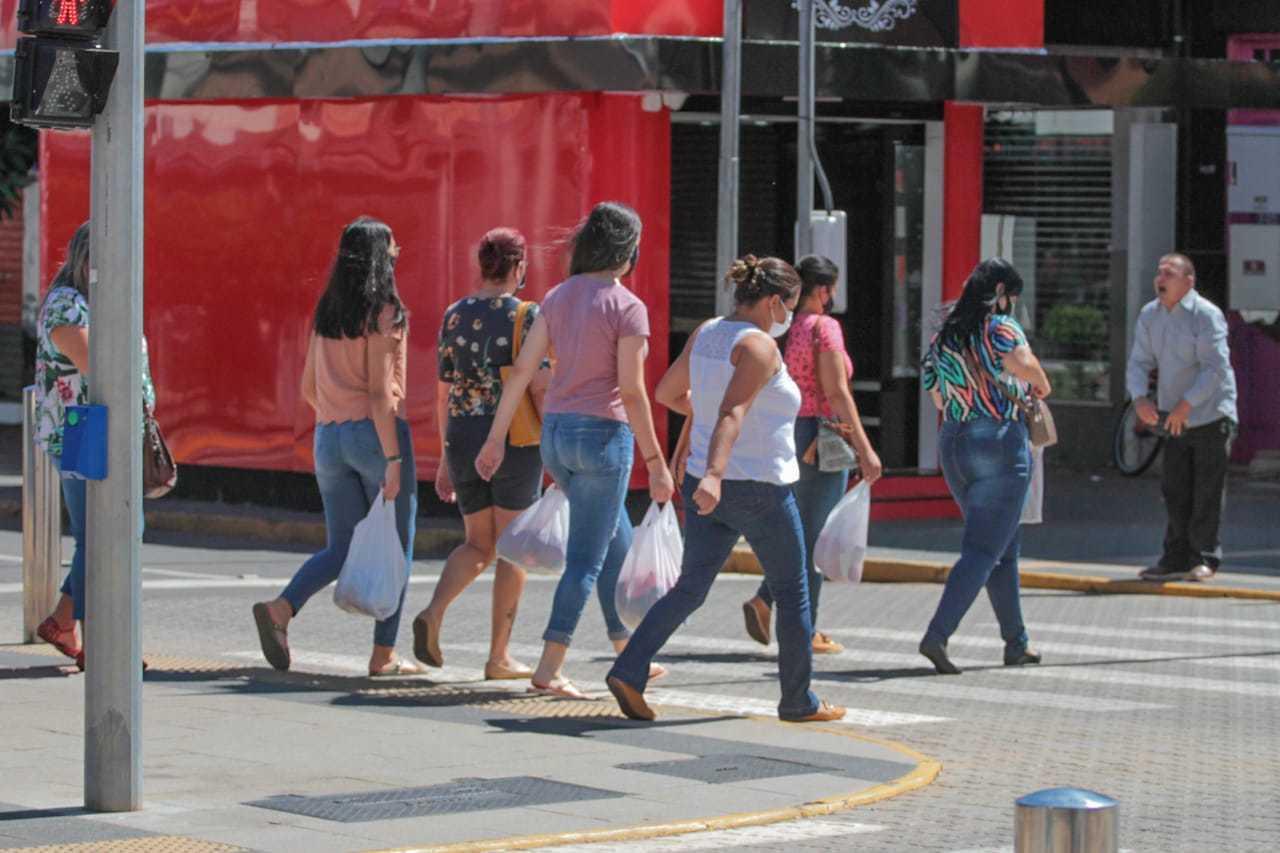 Movimentação de pedestres no Centro da Capital. (Foto: Marcos Maluf)