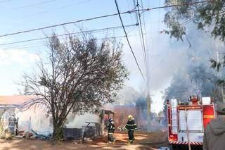 Bombeiros em área onde incêndio destruiu imóvel. (Foto: Henrique Kawaminami)