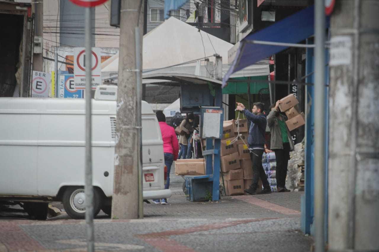 Além de afetar o trânsito, descarga de mercadorias também atrapalha pedestres. (Foto: Marcos Maluf)