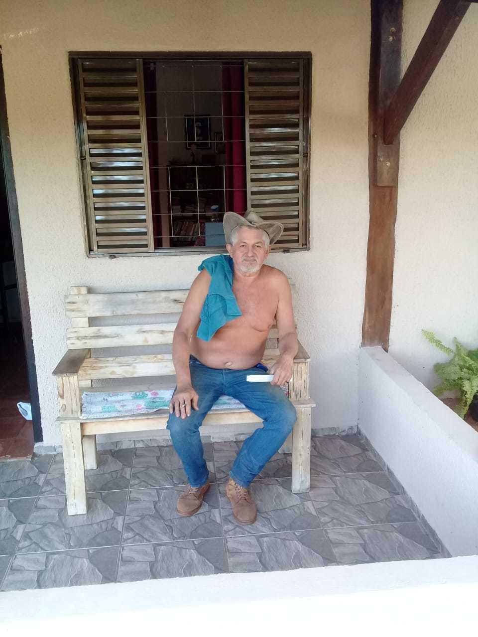 O Zé descamisado sentado, com sua camisa no ombro e chapéu na cabeça. (Foto: Arquivo pessoal)