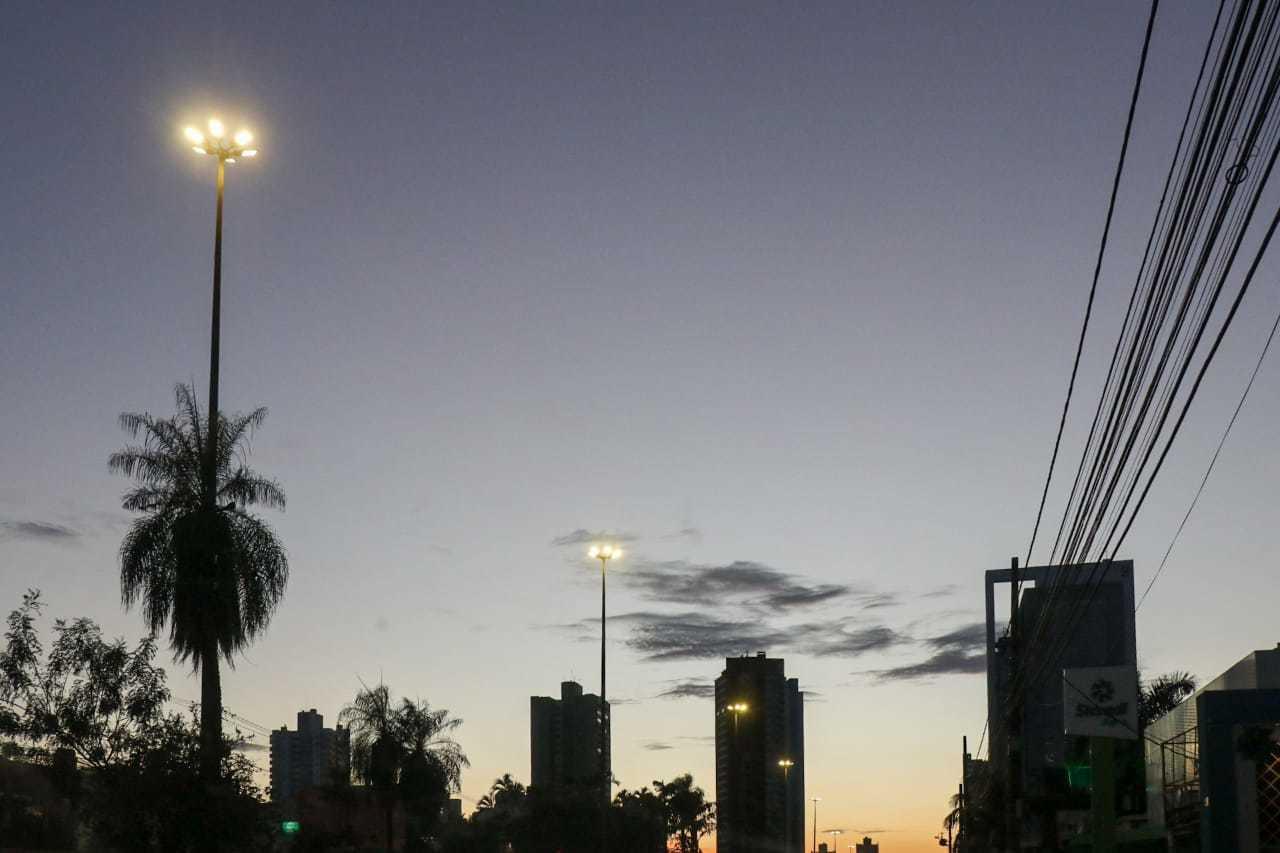 Céu das primeiras horas do dia visto da Avenida Afonso Pena em Campo Grande (Foto: Henrique Kawaminami)