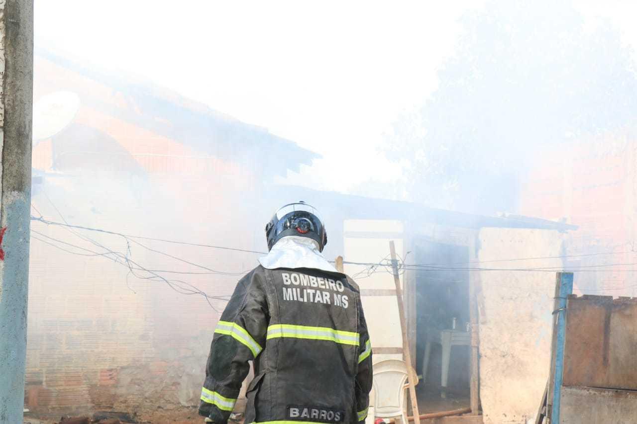 Fogo destruiu quase todos os cômodos de casa de alvenária (Foto: Henrique Kawaminami)