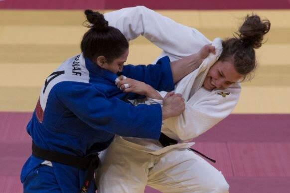 Mayra Aguiar, de kimono branco, tenta derrubar sul-coreana (Foto: COB)